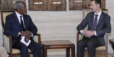 Foto distribuida por la agencia de noticias siria Sana que muestra al presidente sirio, Bachar Al Asad (d), y al enviado especial de la ONU y de la Liga Árabe, Kofi Annan, durante la reunión que celebraron en el palacio presidencial Damasco hoy. EFE