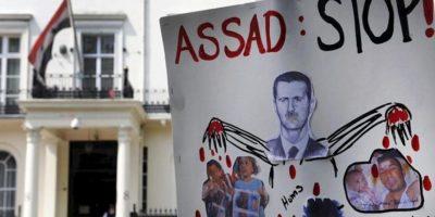 Un cartel contra el presidente sirio Bachar al Asad frente a la embajada siria en Londres, Inglaterra, hoy, martes, 29 de mayo. EFE