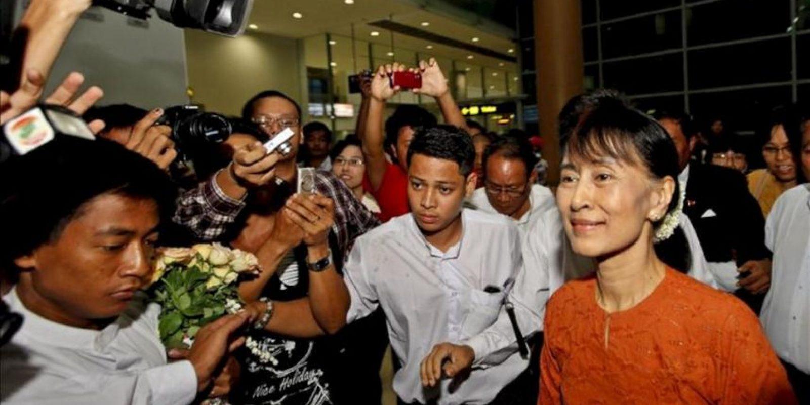 La líder de la oposición birmana, Aung San Suu Kyi (d) a su llegada al aeropuerto internacional de Rangún, Birmania, hoy 29 de mayo, con destino a Tailandia. EFE