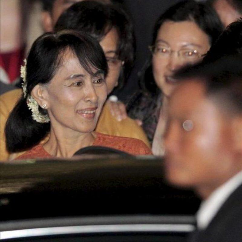 La líder de la oposición birmana, Aung San Suu Kyi a su llegada al aeropuerto de Suvarnabhumi en Bangkok, Tailandia hoy 29 de mayo, de un vuelo procendete de Rangún, Birmania. EFE