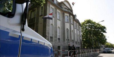 Policías hacen guardia frente a la embajada siria en Berlín, Alemania, hoy, martes, 29 de mayo. EFE