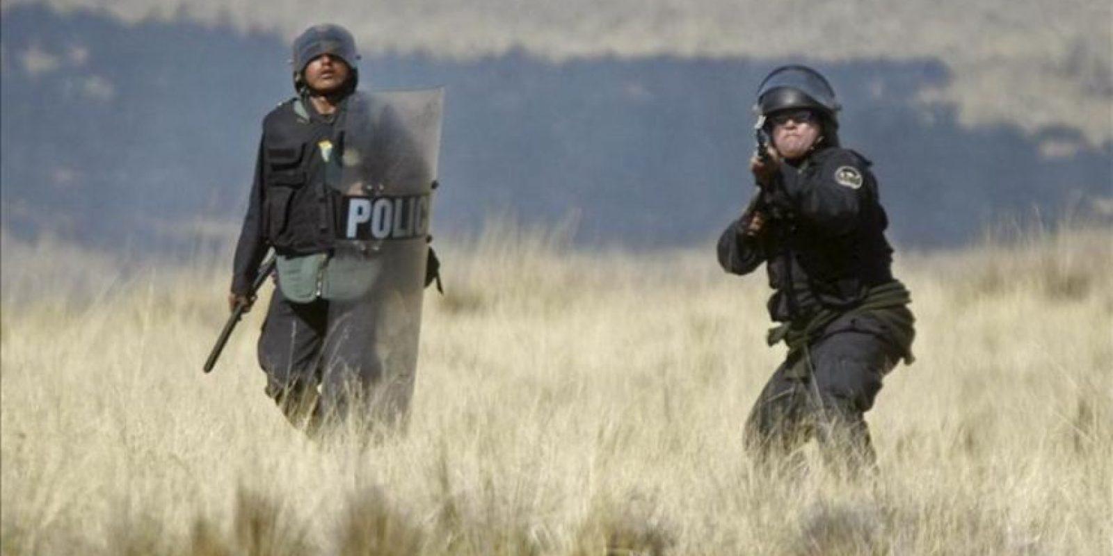 Policías peruanos se enfrentan a lugareños el 28 de mayo de 2012, en la localidad de Espinar, en el departamento del Cuzco. EFE