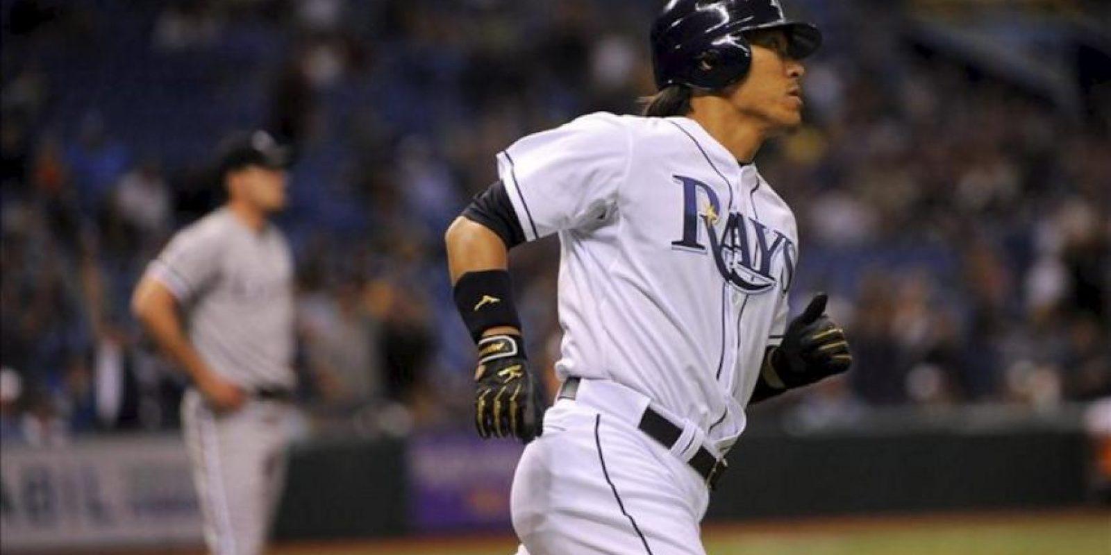 El jugador de los Rayos Hideki Matsui (d) corre entre bases cerca al lanzador de los Medias Blancas Philip Humber (i) por la Liga Mayor de Béisbol (MLB) en San Petersburgo, Florida (EEUU). EFE