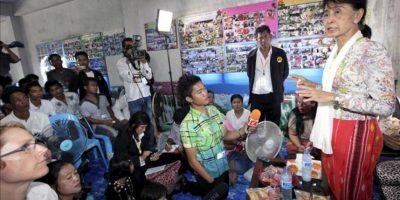 La opositora y nobel de la paz birmana, Aung San Suu Kyi, conversa con inmigrantes birmanos durante la visita que realizó a un centro de migración en la provincia de Samut Sakhon (Tailandia), en el primer viaje al extranjero que realiza desde 1988. EFE