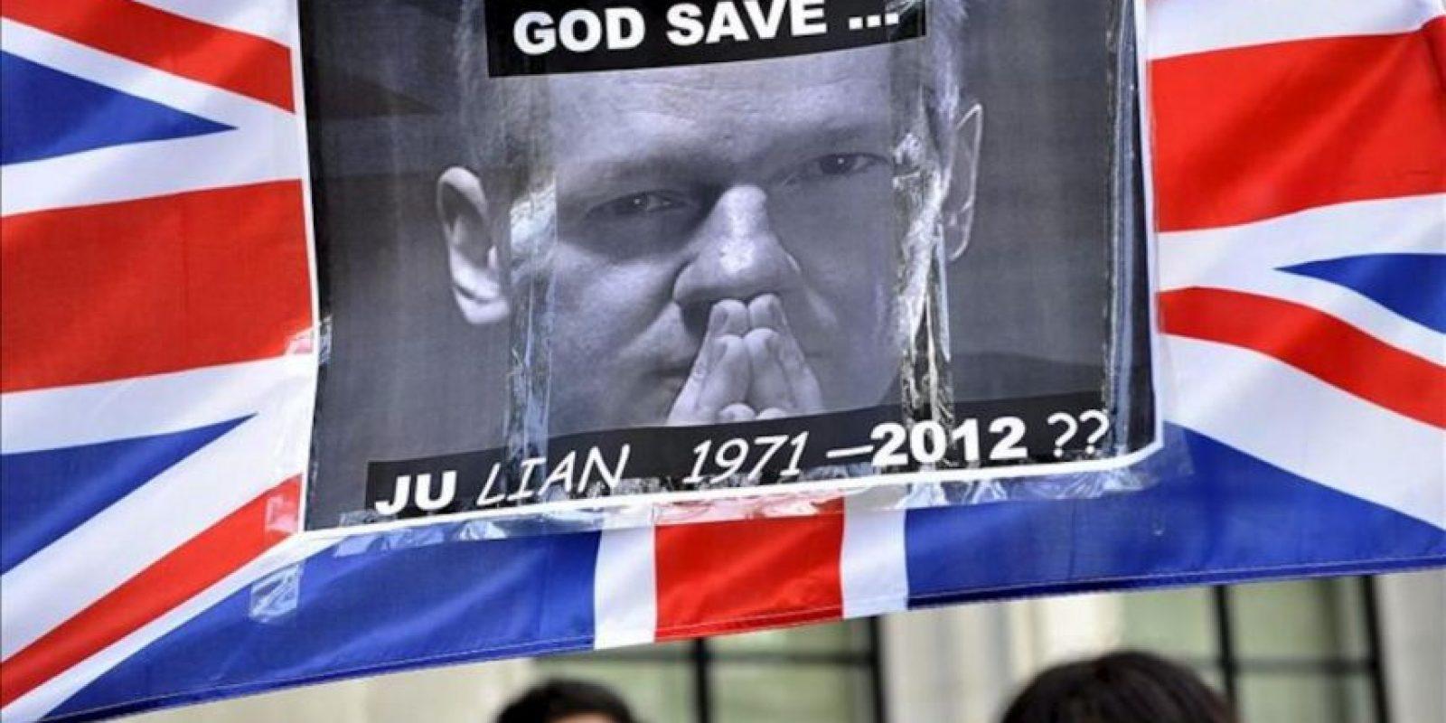 Una seguidora de Julian Assange ondea una bandera con una foto del fundador de WikiLeaks, a la entrada del Tribunal Supremo en Londres. EFE