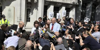 Gareth Peirce, abogada defensora del fundador de WikiLeaks Julian Assange, realiza unas declaraciones a la prensa a las puertas del Tribunal Supremo en Londres, después de que hoy, 30 de mayo, la máxima instancia judicial británica, diera luz verde a su extradición a Suecia. EFE