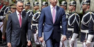 El príncipe Felipe de Borbón (c) pasa revista a la guardia de honor acompañado por el presidente portugués, Aníbal Cavaco Silva (izq), durante la ceremonia de bienvenida dada en honor al príncipe de Asturias antes de la reunión mantenida por ambos en el Palacio de Belém hoy. EFE