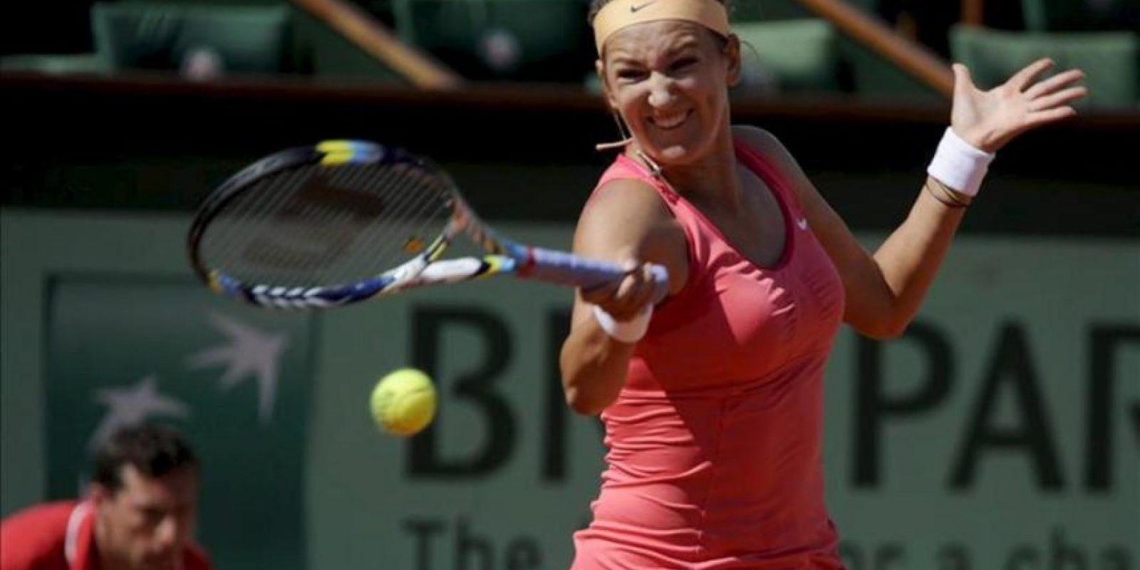 La tenista bielorrusa Victoria Azarenka golpea la bola durante su partido de segunda ronda del Torneo Roland Garros disputado hoy ante la germana Dinah Pfizenmaier en París, Francia. EFE
