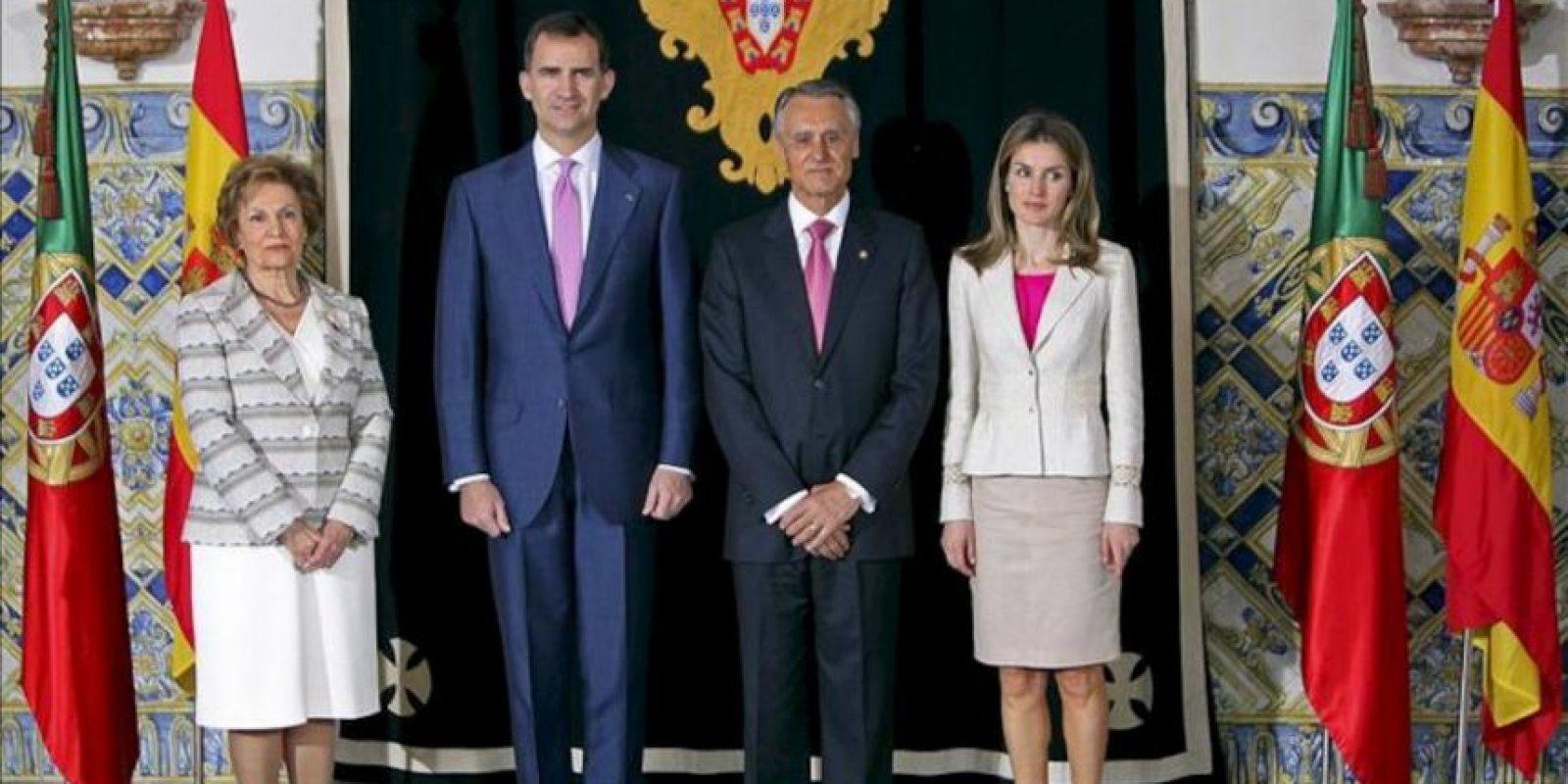 El presidente portugués, Aníbal Cavaco Silva (2d), su esposa María Cavaco Silva (i) y los príncipes de Asturias posan para los fotógrafos, hoy en el Palacio de Belém, en Lisboa (Portugal). EFE