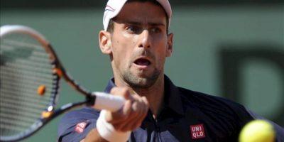 El tenista serbio Novak Djokovic golpea la bola contra el esloveno Blaz Kavcic en un partido de segunda ronda del torneo Roland Garros disputado hoy en París (Francia). Djokovic ganó por 6-0, 6-4 y 6-4. EFE