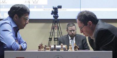 El jugador indio Viswanathan Anand (i) y el israelí Boris Gelfand juegan hoy la partida de desempate del Campeonato del Mundo de ajedrez, en Moscú, Rusia. EFE