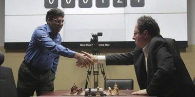El jugador indio Viswanathan Anand (i) estrecha la mano a su contrincante, el israelí Boris Gelfand, antes del inicio hoy del desempate del Campeonato del Mundo de ajedrez, en Moscú, Rusia. EFE