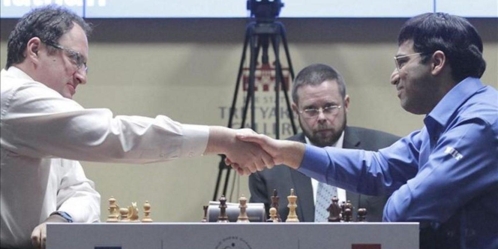 El jugador indio Viswanathan Anand (dcha) saluda al israelí Boris Gelfand tras vencerle hoy en la partida de desempate del Campeonato del Mundo de ajedrez disputado en Moscú, Rusia. EFE
