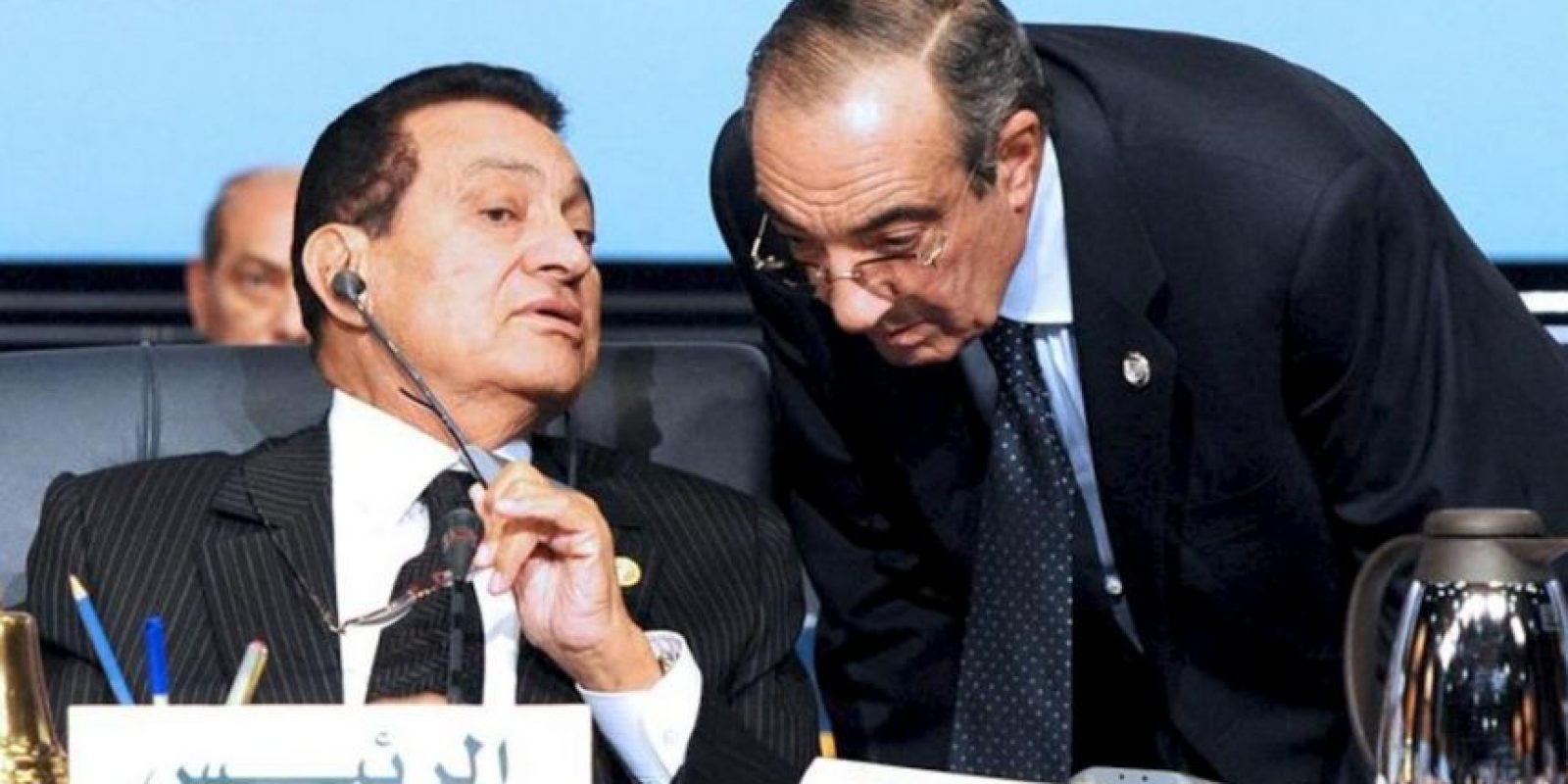 Imagen de archivo tomada el 19 de enero de 2011 del ex presidente egipcio Hosni Mubarak (i) conversando con el jefe del gabinete presidencial, Zakaria Azmi, (d), durante una cumbre en el resort Mar Rojo de Sharm el-Sheikh, Egipto. EFE/Archivo