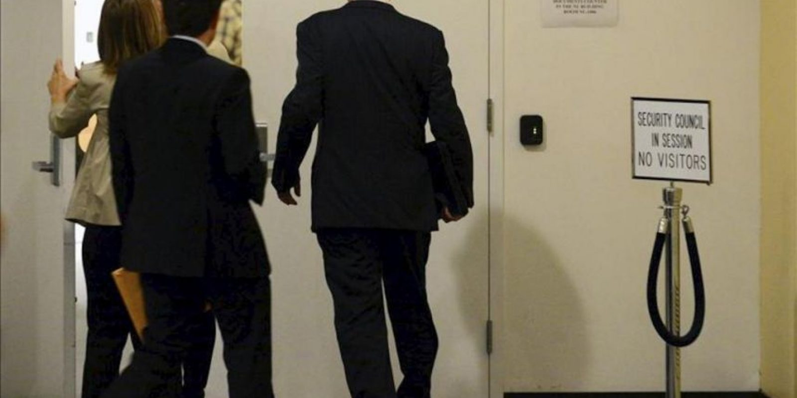 El embajador de Rusia ante la ONU, Vitaly Churkin, (d), llega a la reunión del Consejo de Seguridad de la ONU en la sede de la ONU en Nueva York, Estados Unidos, hoy, miércoles, 30 de mayo. EFE