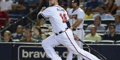 El jugador de los Bravos de Atlanta Brian McCann conecta una bola sencilla ante los Cardenales de San Luis durante el juego de la MLB que se disputa en Atlanta, Georgia (EEUU). EFE