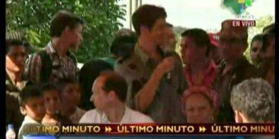 Captura de video tomada de las imágenes difundidas por Telesur que muestra al periodista francés Roméo Langlois (c) ofreciendo una rueda de prensa después de ser liberado el miércoles 30 de mayo en San Isidro, una remota aldea del sureño departamento colombiano de Caquetá. EFE