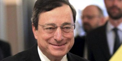El presidente del Banco Central Europeo, Mario Draghi (c), sonríe a su llegada hoy a la Comisión de Asuntos Económicos y Monetarios del Parlamento Europeo, en Bruselas. EFE