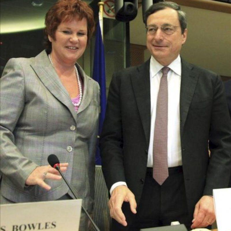 El presidente del Banco Central Europeo, Mario Draghi (dcha), conversa hoy con la presidenta de la Comisión de Asuntos Económicos y Monetarios del Parlamento Europeo, la británica Sharon Bowles, antes de comparecer ante la Comisión en Bruselas. EFE