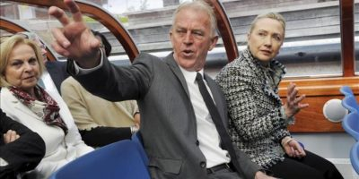 La secretaria de Estado estadounidense, Hillary Clinton (dcha), el ministro de Exteriores danés, Villy Sovndal (c), y la embajadora estadounidense en Dinamarca, Laurie Susan Fulton (izq), dan un paseo por el muelle de Copenhague (Dinamarca) hoy, jueves 31 de mayo. EFE