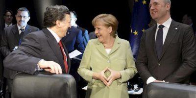 La canciller alemana, Angela Merkel (c), conversa con el presidente de la Comisión Europea, José Manuel Durao Barroso (izq), y con el primer ministro sueco, Frederik Reinfeldt (dcha), al inicio de la sesión de la Cumbre del Consejo de Países Bálticos celebrada en Stralsund (Alemania) hoy, jueves 31 de mayo. EFE