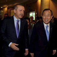 El primer ministro turco, Recep Tayyip Erdogan (izda), y el secretario general de la ONU, Ban Ki-Moon (dcha), asisten al Foro de Participantes en la Alianza de Civilizaciones celebrado en Estambul (Turquía) hoy, jueves, 31 de mayo. EFE