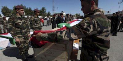 Miembros de la seguridad presidencial palestina cubren con una bandera palestina uno de los 91 ataúdes de palestinos fallecidos en manos de las fuerzas de seguridad israelíes en los últimos 30 años en Ramala (Cisjordania) hoy, jueves, 31 de mayo. EFE