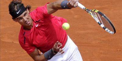 El tenista español Rafael Nadal saca ante el uzbeko Denis Istomin durante el partido de segunda ronda del torneo Roland Garros disputado hoy en París (Francia). EFE