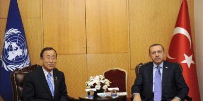 El primer ministro turco Recep Tayyip Erdogan (dcha) posa junto al secretario general de Naciones Unidas, Ban Ki-moon, antes de la reunión mantenida en el marco del primer Foro de Participantes en la Alianza de Civilizaciones que se celebra en Estambul, Turquía, el 31 de mayo del 2012. EFE