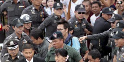 La líder democrática birmana Aung San Suu Kyi (c) rodeada de policías tailandeses mientras visita al Centro de Verificación de Nacionalidad en el distrito Mahachai en la provincia de Samut Sakhon (Tailandia) hoy, jueves 31 de mayo. EFE
