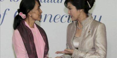 La nobel de la paz Aung San Suu Kyi (i) saluda a la primera ministra tailandesa Yingluck Shinawatra (d) durante una cena de gala celebrada con motivo del Foro Económico Mundial del Este de Asia celebrado en Bankok, Tailandia hoy 31 de mayo. EFE