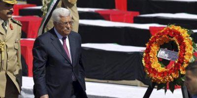 El presidente palestino, Mahmud Abás (2i), pasa ante los ataúdes de 79 de 91 militantes palestinos muertos a manos del ejército israelí a lo largo de los últimos 30 años durante una ceremonia en la Muqata de Ramala, Cisjordania, hoy, jueves 31 de mayo. EFE