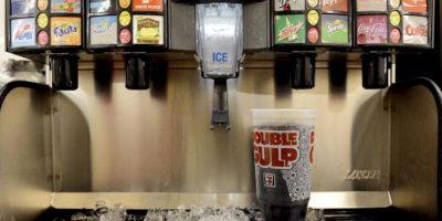 Fotografía de un refresco de tamaño grande en una tienda de Nueva York, Estados Unidos. EFE