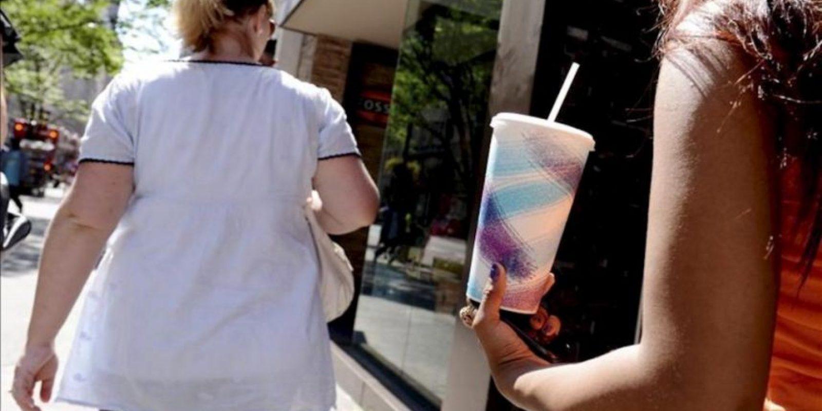 Una mujer sostiene un refresco de tamaño grande en Nueva York, Estados Unidos. EFE