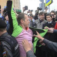 Un participante en una protesta no autorizada en el centro de Moscú, Rusia, es arrestado hoy, jueves 31 de mayo. EFE
