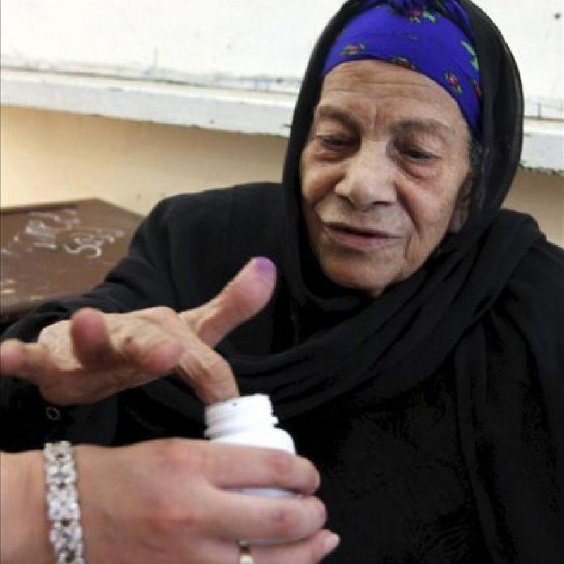 Una mujer votando durante los comicios presidenciales egipcios en un colegio electoral en El Cairo hoy. EFE