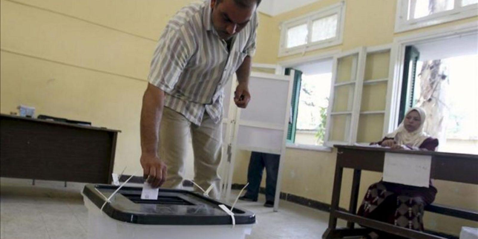 Un hombre votando durante los comicios presidenciales egipcios en un colegio electoral en El Cairo hoy. EFE