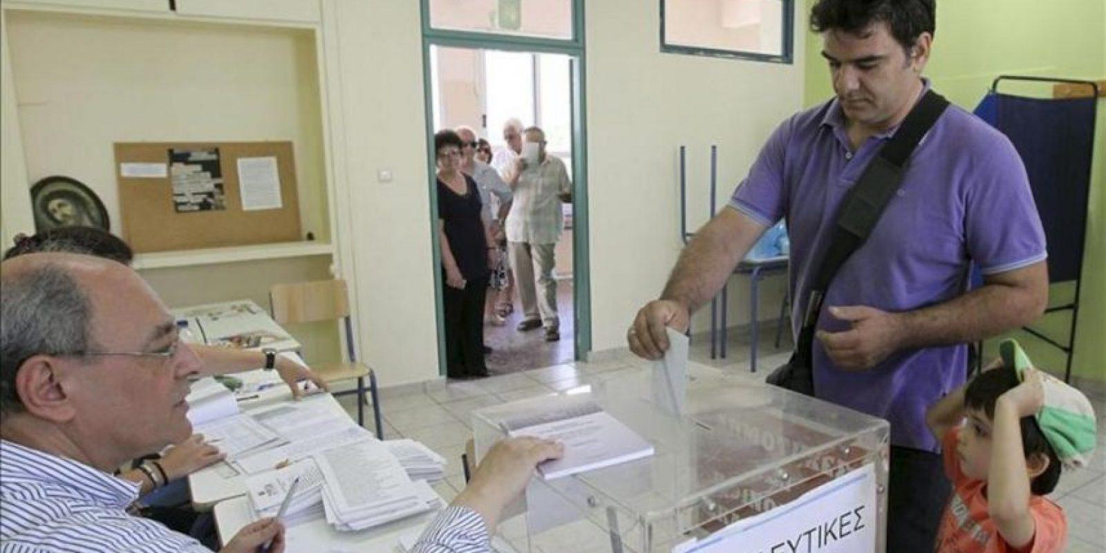 Un hombre votando en un colegio electoral en Atenas hoy. EFE
