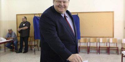 El cabeza de lista socialdemócrata griega, Evangelos Venizelos, depositando su voto en colegio electoral en su ciudad natal de Salónica hoy. EFE
