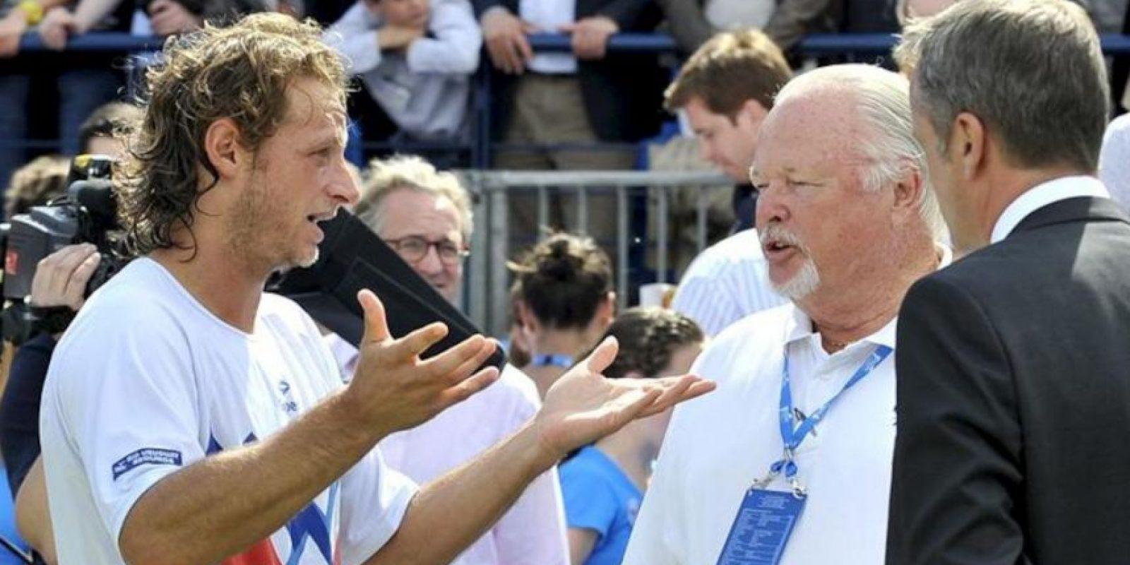 El tenista argentino David Nalbandian (i) protesta al árbitro de la ATP Tom Barnes (2d) tras ser descalificado en la final del Torneo de Queen's en Londres (Reino Unido). Nalbandian fue descalificado por propinar una patada a la peana de la silla en la que estaba sentado un juez de línea, en el transcurso de la final del torneo de Queen's (Londres), por lo que el título fue para el croata Marin Cilic, sexto cabeza de serie. EFE