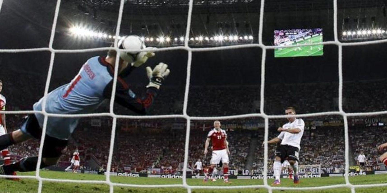 El jugador de Alemania Lukas Podolski (2 d) anota un gol ante Dinamarca durante el partido que les enfrentó por el grupo B de la Eurocopa 2012 en Lviv, Ucrania. EFE