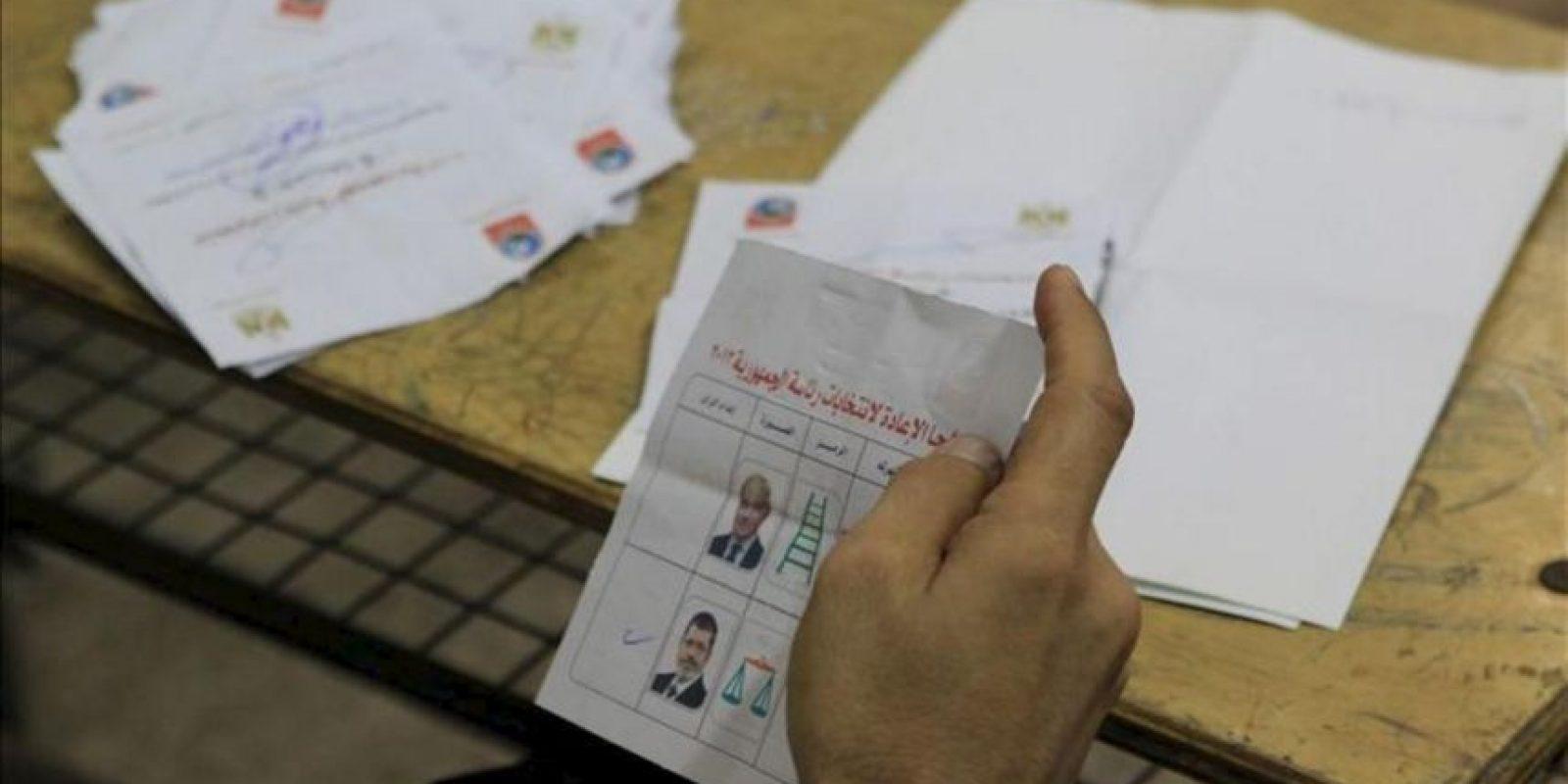 Autoridades realizan el conteo de votos hoy, domingo 17 de junio de 2012, en El Cairo (Egipto). Esta es la última jornada de los comicios presidenciales disputados por el islamista Mohamed Mursi y el general retirado Ahmed Shafiq. EFE