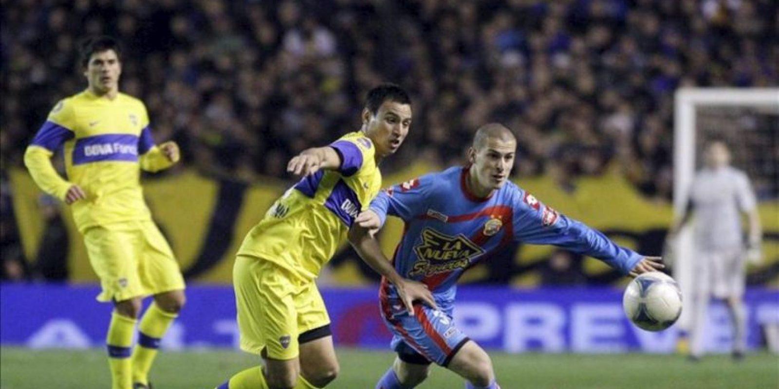 El jugador de Boca Juan Sánchez Miño (i) lucha por el balón con Nicolás Martínez Vargas de Arsenal (d) este 17 de junio en un partido del torneo Clausura argentino, en el estadio La Bombonera de Buenos Aires (Argentina). Arsenal ganó 0-3. EFE