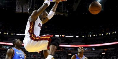 El jugador de Miami Heat Chris Bosh (c) encesta contra Oklahoma City Thunder durante el tercer juego de la final de la NBA en el American Airlines Arena de Miami, Florida (EE.UU.). EFE