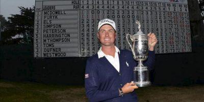 El estadounidense Webb Simpson levanta la copa del abierto de golf de Estados Unidos en el Club Olímpico de San Francisco (EEUU). EFE