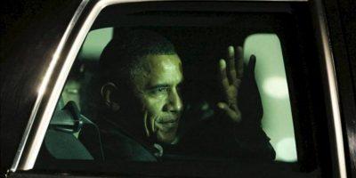 El presidente de Estados Unidos, Barack Obama, saluda desde su automóvil luego de llegar al aeropuerto internacional de Los Cabos (México), ciudad donde mañana comienza la Cumbre del G20. EFE