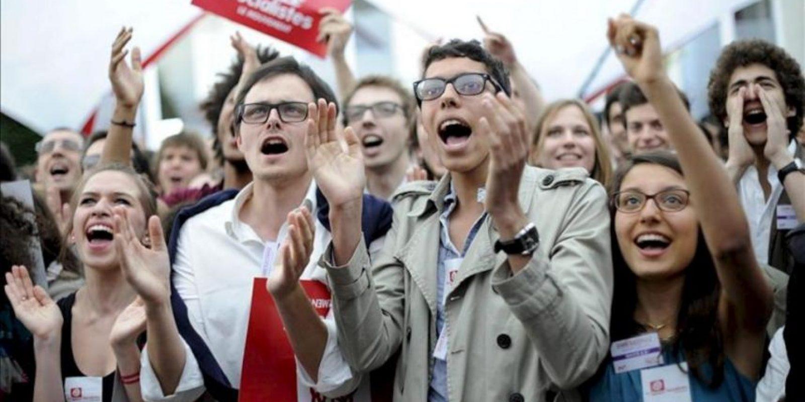 Simpatizantes del partido socialista francés celebran tras conocer los primeros resultados de las elecciones legislativas, en París, Francia. EFE