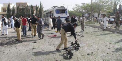 Policías paquistaníes inspeccionan el lugar tras la explosión de un coche bomba al paso de un autobús en las inmediaciones de una universidad de Quetta, Pakistán, hoy lunes 18 de junio de 2012. EFE