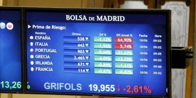 Paneles informativos sobre la prima de riesgo española en la Bolsa de Madrid. EFE