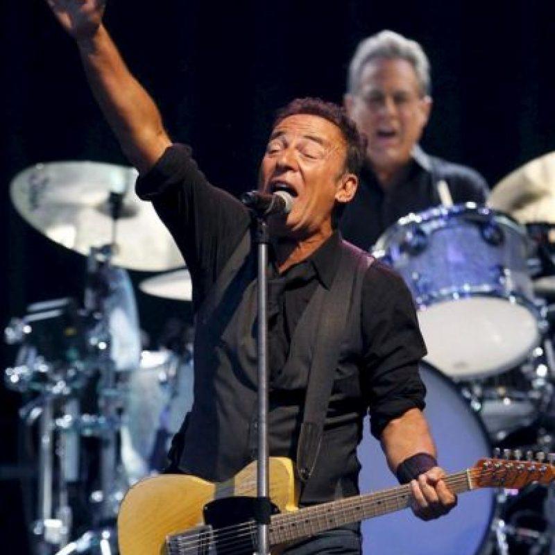 """El cantante estadounidense Bruce Springsteen y el batería Max Weinberg (d) en un momento de su actuación en el concierto, que ha dado junto a la E-Street Band, con el que cierra su gira por España en el estadio Santiago Bernabéu de Madrid. Springsteen ha presentado en directo su nuevo disco """"The Wrecking Ball"""", pero también sonaron los clásicos de su repertorio como """"No Surrender"""", """"The River"""", """"Born in the USA"""", """"Bobby Jean"""" o """"Dancing in the Dark"""". EFE"""